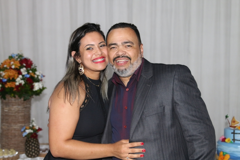 Valdevan Noventa celebra aniversário de sua esposa com familiares, amigos e lideranças políticas