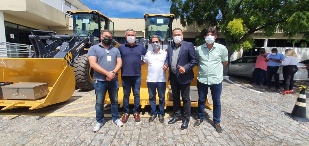 Valdevan Noventa entrega maquinários aos municípios da Barra dos Coqueiros e Tomar do Geru